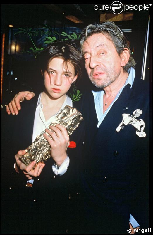 Charlotte Gainsbourg et Serge Gainsbourg, tenant son César du meilleur espoir pour L'Effrontée en 1986