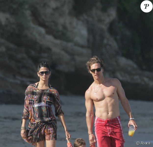 Matthew McConaughey avec sa compagne Camilla Alves et leur fils Levi sur une plage de Malibu le 25 mai 2009