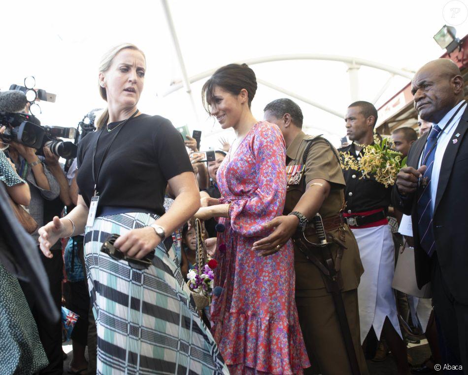 La garde du corps en chef de Meghan Markle lui ouvre la voie lors d'une visite aux îles Fidji, le 23 octobre 2018.