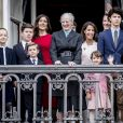 La reine Margrethe II entourée des princesses Mary et Marie ainsi que du prince Joachim et de tous ses petits-enfants - la princesse Josephine, la princesse Isabella, le prince Vincent, le prince Christian, le prince Felix, le prince Nikolai, la princesse Athena et le prince Henrik - au balcon du palais royal d'Amalienborg pour son 78e anniversaire le 16 avril 2018 à Copenhague.
