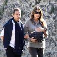 Nicolas Sarkozy et Carla Bruni avec leur bébé Giulia, à La Lanterne, à Versailles, le 31 octobre 2011.