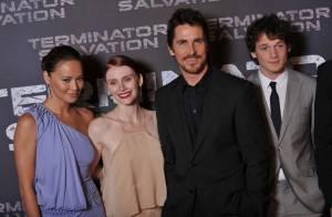 Christian Bale entouré de deux bombes pour Terminator à Paris... C'est explosif !