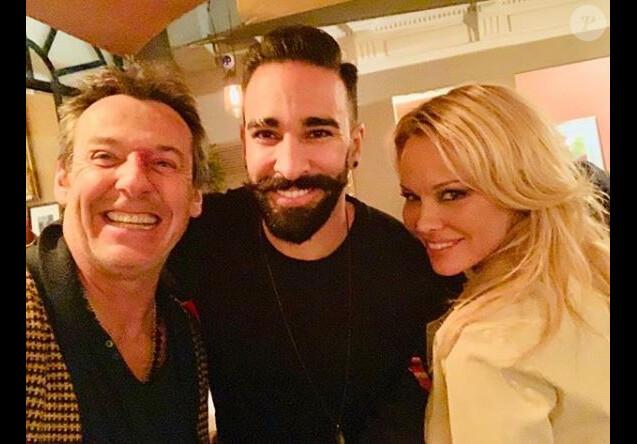 """Jean-Luc Reichmann pose avec Adil Rami et Pamela Anderson à Marseille à l'occasion d'une représentation de la pièce """"Nuit d'ivresse"""" le 31 janvier 2019."""