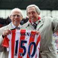 Gordon Banks  avec le Jules Rimet qui lui a été remis dans le stade de Stoke City le 12 mai 2013.