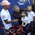 Exclusif - Lewis Hamilton, la princesse Charlène de Monaco, le prince Jacques et la princesse Gabriella - Le prince Albert II de Monaco, la princesse Charlène et leurs 2 enfants visitent les paddocks du Grand Prix de Formule 1 de Monaco le 25 mai 2018.