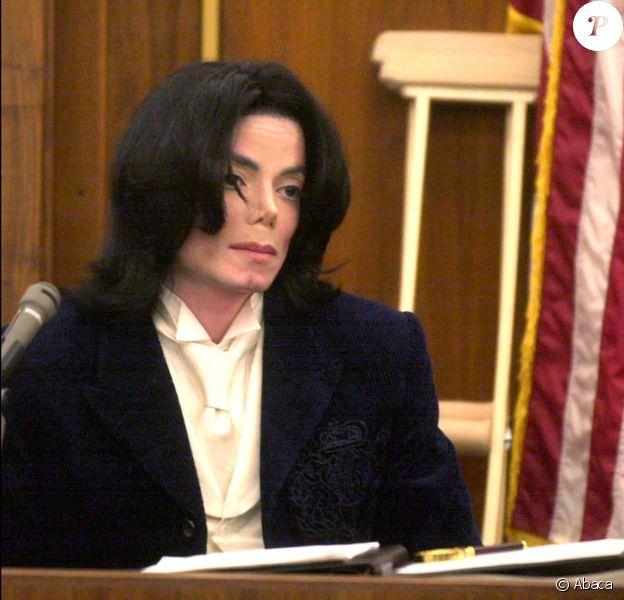 Michael Jackson au tribunal de Santa Maria en 2002. Le chanteur était accusé d'avoir annulé des concerts, causant la perte de plusieurs millions de dollars au promoteur.