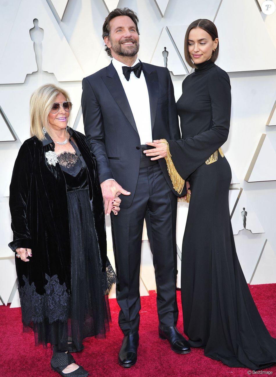 Bradley Cooper entre sa mère Gloria Campano et sa compagne Irina Shayk lors du photocall des arrivées de la 91ème cérémonie des Oscars 2019 au théâtre Dolby à Hollywood, Los Angeles, Californie, Etats-Unis, le 24 février 2019.  Celebs attending the 91st Annual Academy Awards at Dolby theater in Hollywood, Los Angeles, CA, USA, on February 24, 2019.24/02/2019 - Los Angeles