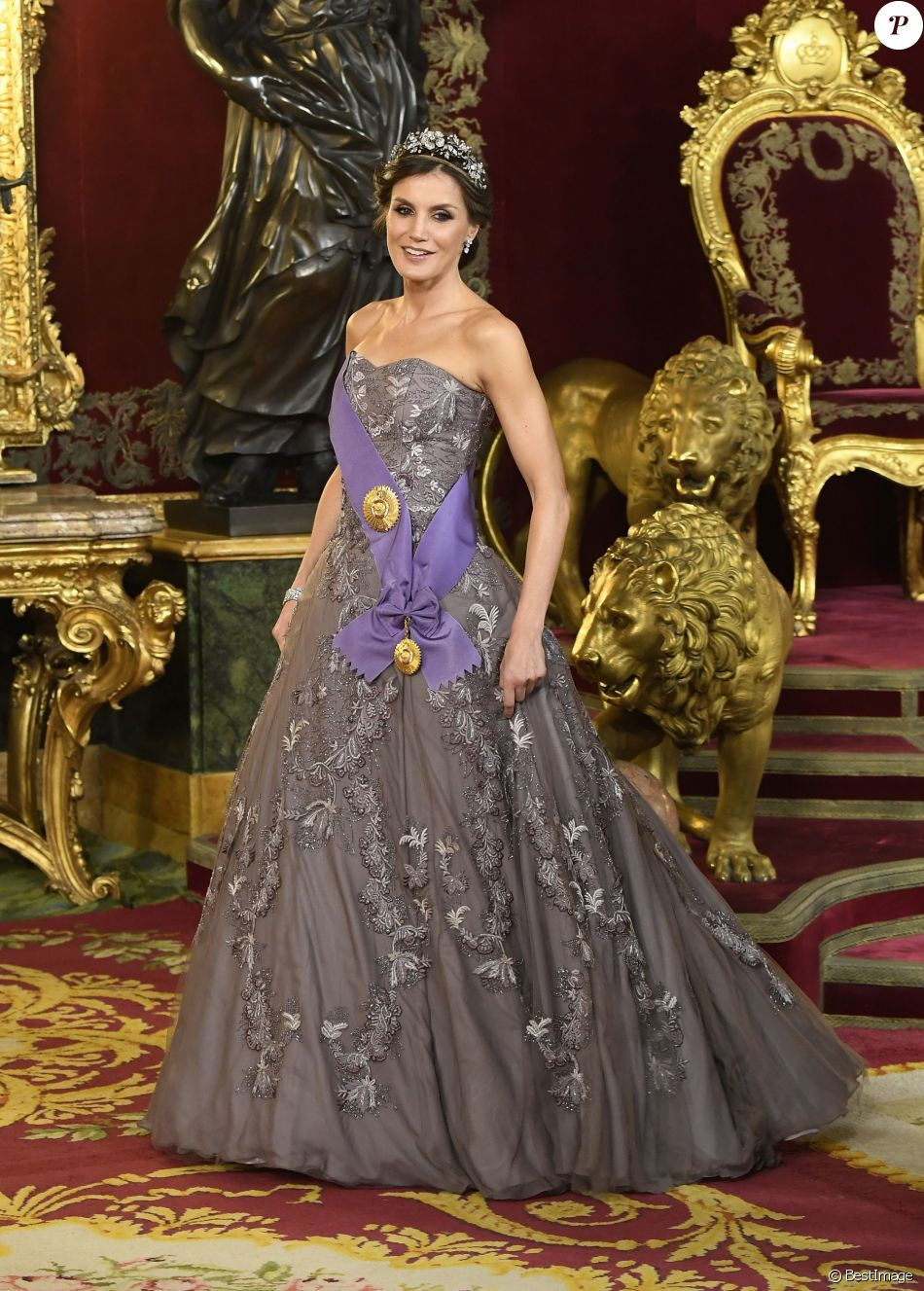 8ecb42e48b4f6 Letizia d Espagne   Etourdissante dans sa robe du mariage de Kate ...