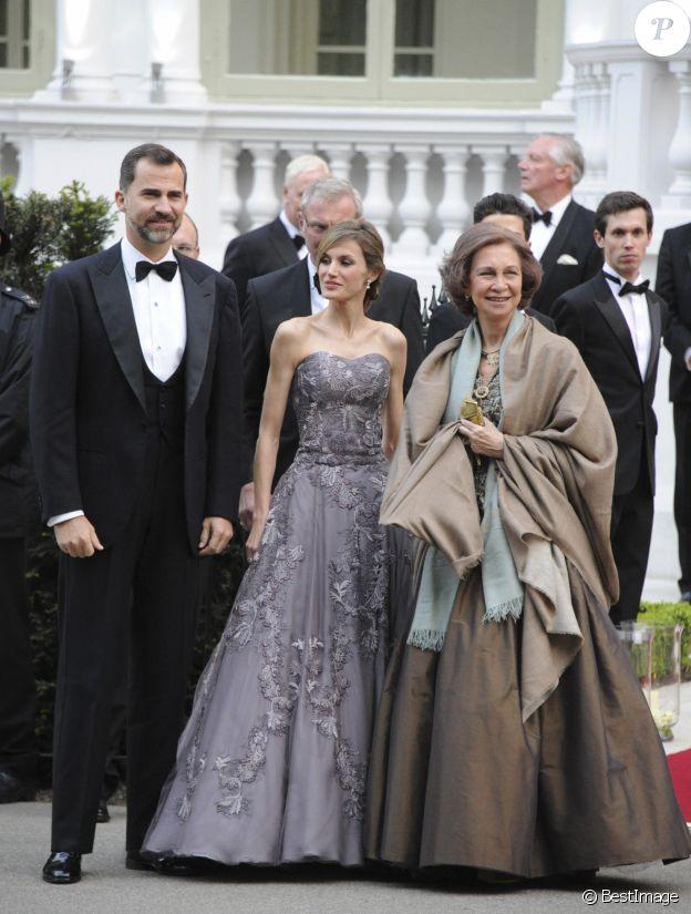 Letizia d'Espagne (robe Felipe Varela), entourée de Felipe et Sofia, au Mandarin Oriental à Londres le 28 avril 2011 au dîner à la veille du mariage du prince William et de Kate Middleton.