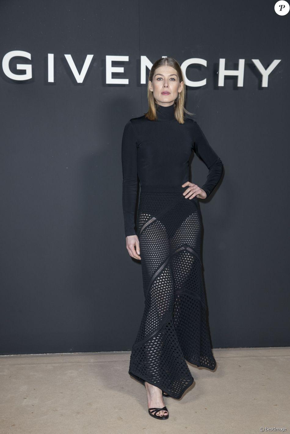 Rosamund Pike au photocall du défilé de mode Givenchy collection prêt-à-porter Automne-Hiver 2019/2020 lors de la fashion week à Paris, France, le 3 mars 2019. © Olivier Borde/Bestimage