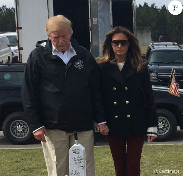 Le président des États-Unis, Donald Trump et la première dame Melania Trump rendent hommage aux 23 personnes décédées suite à la tornade en Alabama le mars 2019.  OPELIKA, AL - MARCH 08: US President Donald Trump and First Lady Melania Trump stand before a row of crosses honoring 23 people who died in the storm outside Providence Baptist Church March 8, 2019 in Opelika, Alabama, during a tour of tornado-damaged areas in the southern US state. People: President Donald Trump, First Lady Melania Trump08/03/2019 -
