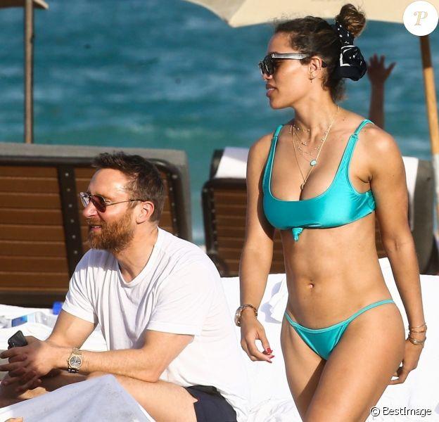 Le DJ David Guetta et sa petite amie Jessica Ledon sur une plage à Miami, le 09 mars 2019.