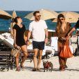 Le DJ David Guetta et le DJ Cédric Gervais accompagnés de leur girlfriend respective sur une plage à Miami, le 09 mars 2019.