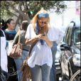 Nicole Richie fidèle à son look bohème chic est parfaite avec son jean gris chiné et sa besace à franges
