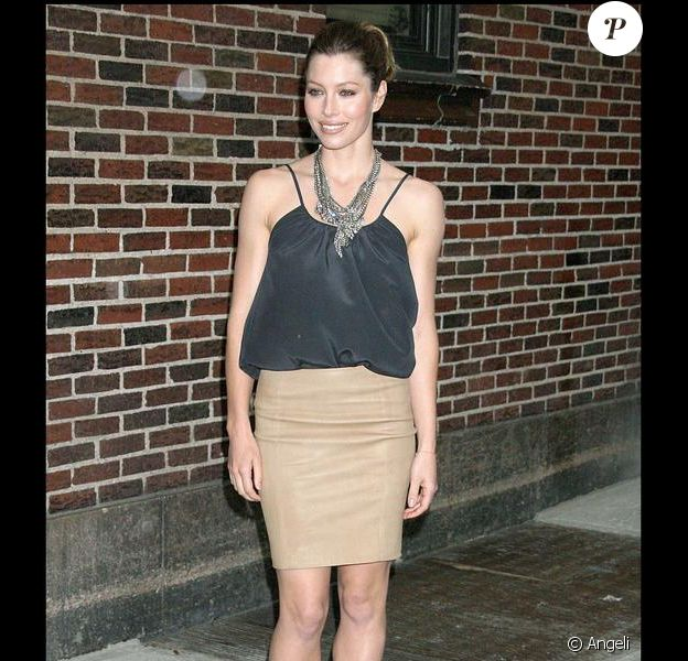 Jessica Biel parfaite dans une jupe beige et une blouse noire, une madame très élégante !