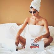 Iris Mittenaere, sensuelle dans sa serviette de bain : Camille Combal en rit