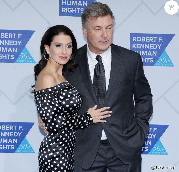 Alec Baldwin et sa femme Hilaria lors du photocall de la soirée Kennedy Human Rights à New York le 12 décembre 2018.