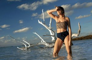 Laetitia Casta : Craquante en bikini, l'égérie d'Etam prépare les vacances !