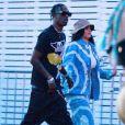 Exclusif - Kylie Jenner et son compagnon Travis Scott se rendent au festival Coachella, Kylie porte un bob beige et un ensemble en jean tye and dye. Indio, le 13 avril 2019.