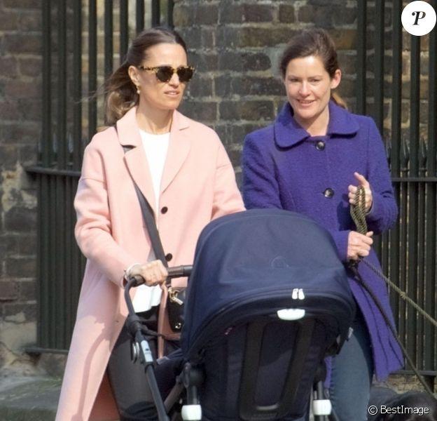 Pippa Middleton se promène avec son fils Arthur, ses chiens et une amie à Londres le 15 avril 2019.