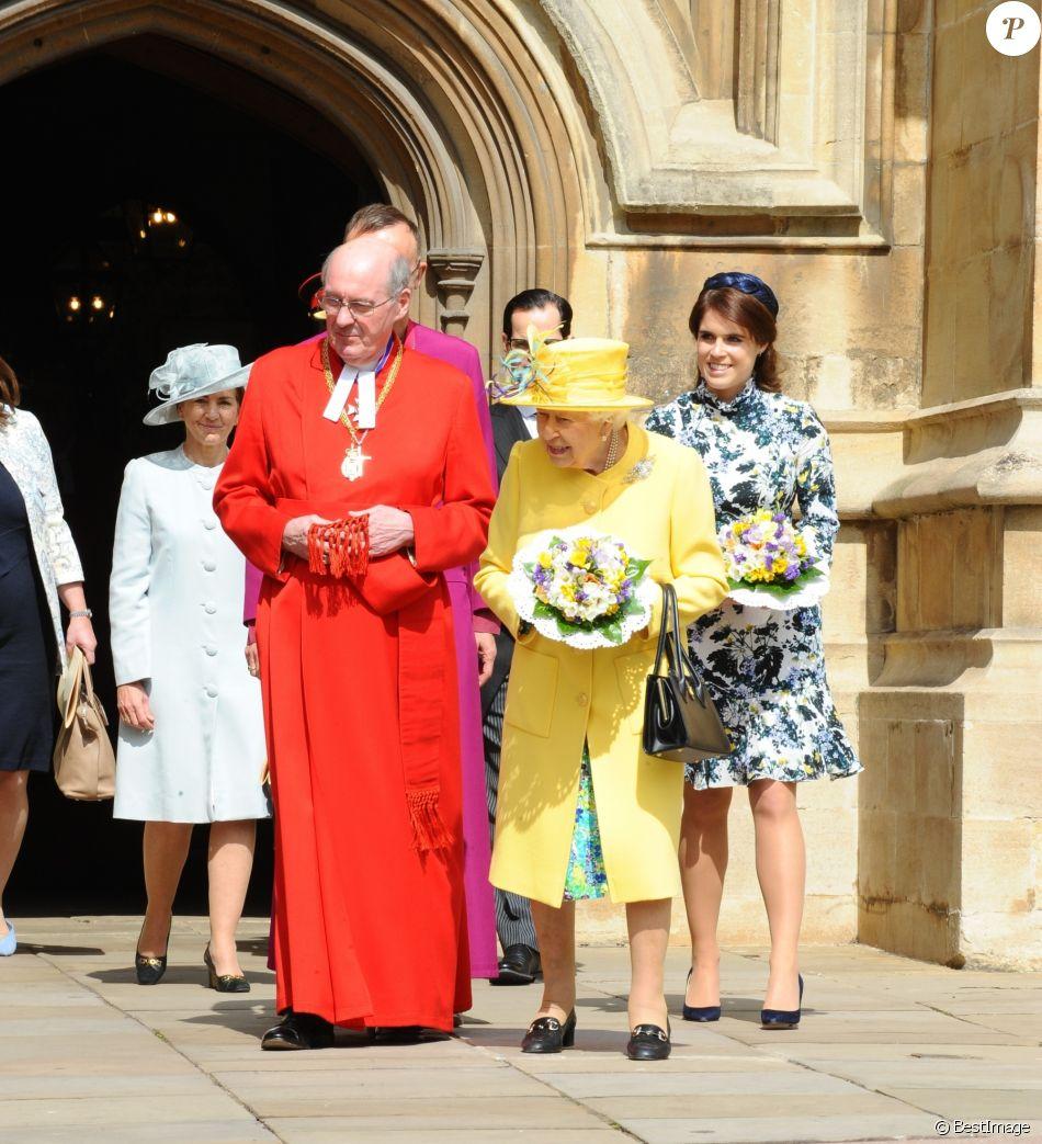 La reine Elizabeth II, accompagnée par la princesse Eugenie d'York (en robe Erdem), honorait la tradition du Royal Maundy en la chapelle St George au château de Windsor le 18 avril 2019. La souveraine y a remis des bourses contenant des pièces de monnaie à 93 bénéficiaires, soit autant que son âge (93 ans au 21 avril 2019).