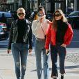 Bella et Gigi Hadid se promènent avec leur mère Yolanda à New York City, New York, Etats-Unis, le 29 janvier 2017.