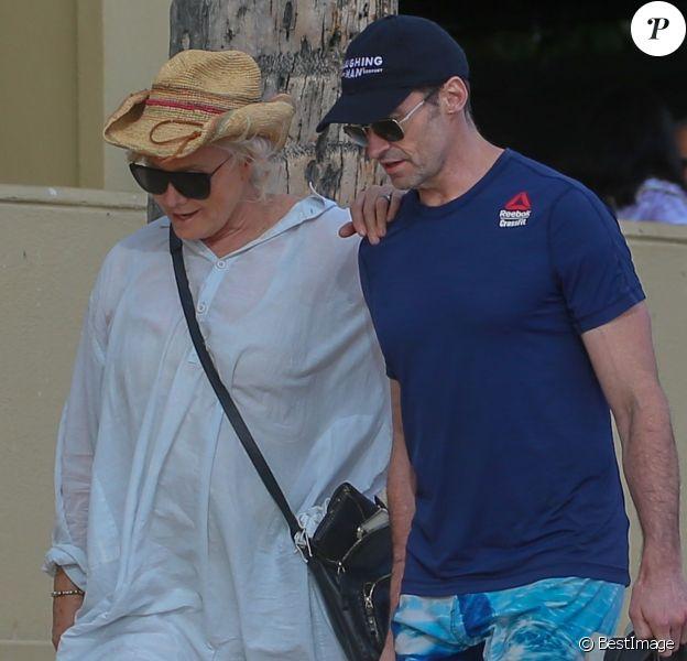 Exclusif - Hugh Jackman et sa femme Deborra-Lee Furness fête leur 23 ans de mariage entre amis à Waikiki dans le quartier de Honolulu à Hawaï. Le groupe a fait du canoë et une balade en catamaran au large de l'île. Le 14 avril 2019.