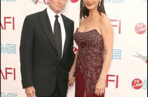 Catherine Zeta-Jones : en l'honneur de son mari Michael Douglas, elle monte sur scène... et fait un show épatant !