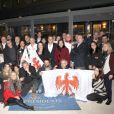 """Exclusif - Christophe Kulikowski (président de l'association et rédacteur en chef politique de l'émission """"On n'est pas couché"""") avec tous les invités - Soirée de l'association des journalistes Niçois de Paris à Paris le 15 avril 2019. C'est ainsi qu'une cinquantaine d'invités se sont déplacés au restaurant """"Aux Trois Présidents"""" dans le 15ème arrondissement de Paris, tenu par E.Duquenne, ancien cuisinier de l'Elysée puisqu'il a servi trois présidents (J. Chirac, N. Sarkozy et F. Hollande), d'où le nom de son établissement. Les participants à cette soirée ont pu ainsi déguster, comme d'habitude, un menu aux airs de provence avec une salade niçoise revisitée par le chef et une bavette grillée en extérieur au barbecue accompagnée d'une délicieuse ratatouille, le tout arrosé d'un vin local d'excellente facture, un rosé Château St Maur, proposé par la fondatrice de l'agence Force 4, spécialisée en vins, S. Morgaut. C. Kulikowski a tenu à rendre un hommage appuyé à Francis Lai, disparu l'an passé et un fidèle parmi les fidèles à ces soirées. Soirée qui a été un peu ternie à l'annonce de l'incendie de Notre-Dame de Paris, suscitant une vive émotion dans l'assistance. Mais, selon l'adage, il faut continuer néanmoins à vivre et on a pu très vite retrouver une ambiance amicale et chaleureuse, traduite notamment par le chant traditionnel de """"l'hymne"""" niçois. Enfin, la parole a été donnée au patron des lieux, E. Duquenne, qui a pu parler de l'association """"Balles Blanches"""", en référence au golf, une association qui vient en aide et soutien les jeunes enfants atteints de graves maladies, ce qui lui a valu une ovation. © Didier Sabardin/Bestimage"""