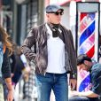 Exclusif - No web - No blog - Daniel Craig se fait pomponner chez le barbier et en profite pour se couper les cheveux à New York, le 26 avril 2018  For germany call for price Exclusive - Actor Daniel Craig who starred in 4 James Bond films was spotted getting a shave and a haircut at a local barber shop in New York. Daniel, 50 is expecting a child with wife R. Weisz. The actor can be seen keeping very still as the barber worked on his face with skilled precision using a straight edge razor. He emerged from the local shop looking stylish in a grey jacket, white shirt, scarf, blue jeans, a grey cap and not a single nick on his handsome face. 26th april 201826/04/2018 - New York
