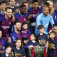 Lionel Messi avec ses fils Thiago, Mateo et Ciro et ses coéquipiers le 27 avril 2019 au Camp Nou après la victoire (1-0) du FC Barcelone contre Levante, assurant au club catalan un 26e titre de champion d'Espagne.
