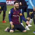 Lionel Messi et son fils Mateo, qui se jette dans ses bras, le 27 avril 2019 au Camp Nou après la victoire (1-0) du FC Barcelone contre Levante, assurant au club catalan un 26e titre de champion d'Espagne.