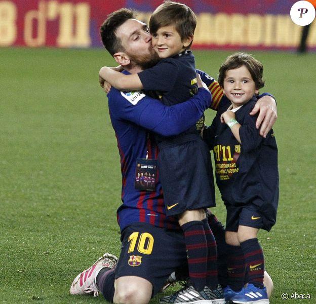 Lionel Messi heureux avec ses fils Thiago et Mateo le 27 avril 2019 au Camp Nou après la victoire (1-0) du FC Barcelone contre Levante, assurant au club catalan un 26e titre de champion d'Espagne.
