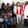 La reine Letizia d'Espagne en visite dans un centre de soins et de recherches à Manica au Mozambique le 29 avril 2019