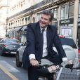 Exclusif - Arnaud Montebourg, alors qu'il était en Vélib' (vélo) dans les rues de Paris, a croisé une horde de paparazzi qui suivait Bella Hadid, s'est arrêté et a pris le temps de discuter avec eux. Le 27 septembre 2017.