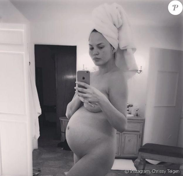 Chrissy Teigen, nostalgique de ses grossesses. Photo publiée le 12 mai 2019.
