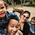 John Legend, Chrissy Teigen, leurs deux enfants et la mère de Chrissy. Avril 2019.