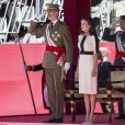 Le roi Felipe VI d'Espagne et la reine Letizia lors de la parade du 175e anniversaire de la garde civile espagnole au palais royal à Madrid le 13 mai 2019