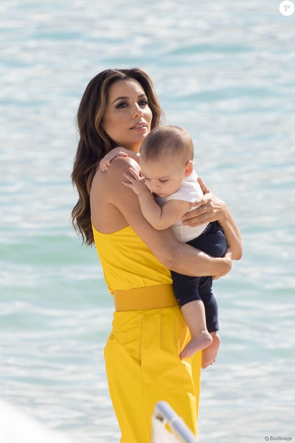 Eva Longoria et son fils Santiago sur la plage à Cannes lors du 72ème Festival International du Film de Cannes, le 15 mai 2019.