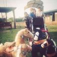 Elodie Gossuin et ses enfants au Maroc, le 18 février 2019. Ici avec des chevaux en peluche.