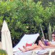 Kendall Jenner et Luka Sabbat se prélassent au bord de la psicine de l'Hôtel du Cap-Eden Roc à Antibes, le 23 mai 2019.