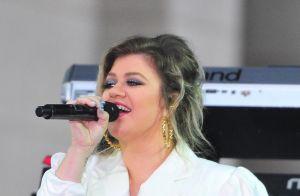 Kelly Clarkson manque de chuter en pleine performance de l'hymne américain