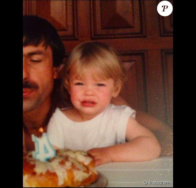 Caroline Receveur (lorsqu'elle avait 4 ans) avec son papa disparu, un cliché publié le 29 mai 2019.
