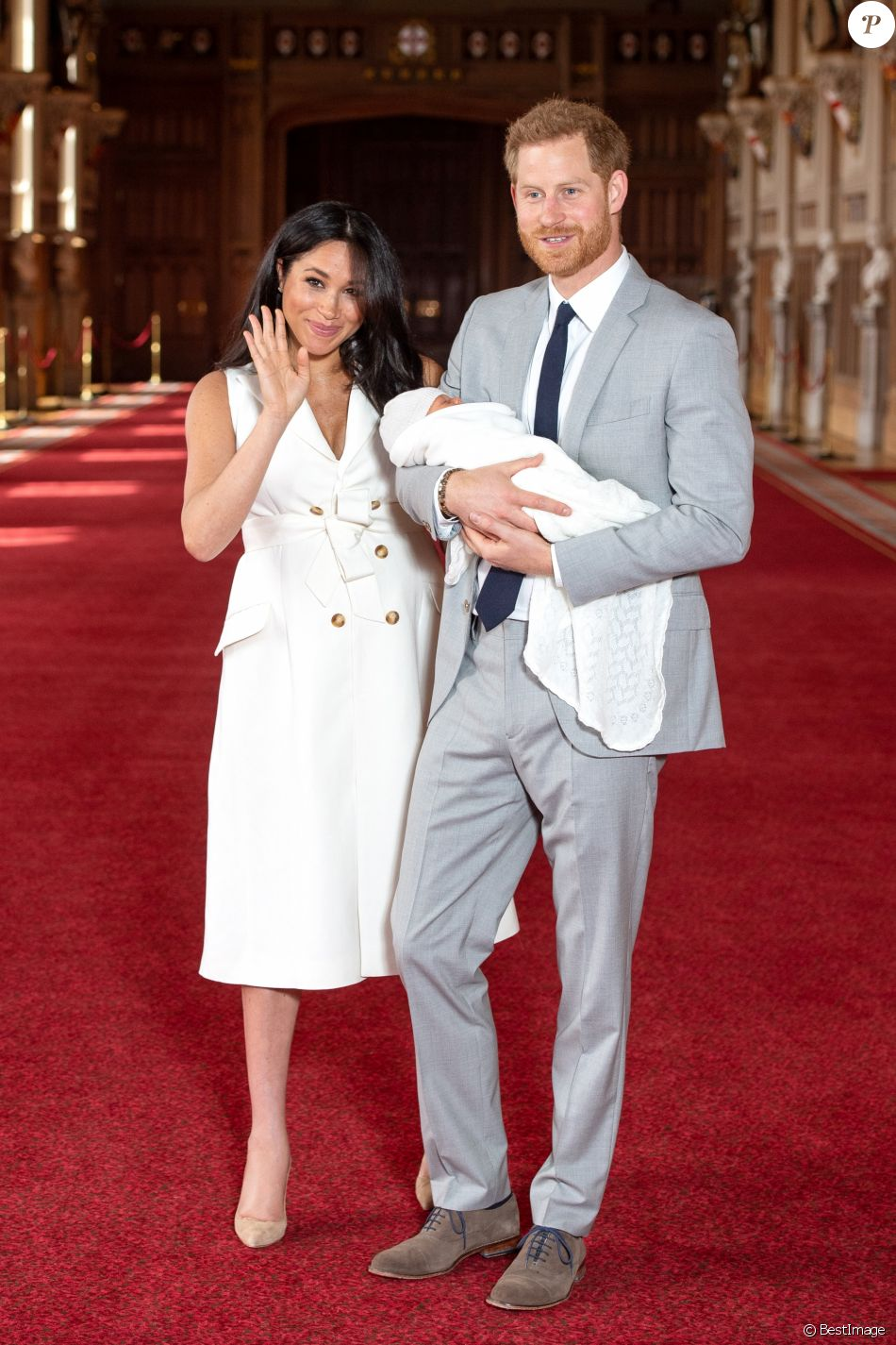 Le prince Harry et Meghan Markle, duc et duchesse de Sussex, présentent leur fils Archie Harrison Mountbatten-Windsor dans le hall St George au château de Windsor le 8 mai 2019.