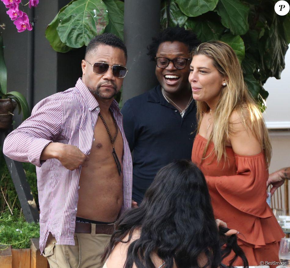 Cuba Gooding Jr. fait la fête avec des amis et sa compagne Claudine de Niro (ex-femme de Raphael de Niro, fils de Robert de Niro) au restaurant Seaspice à Miami, Floride, Etats-Unis, le 17 mars 2019.