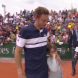 Nicolas Mahut avec son fils Natanel après sa victoire au second tour de Roland-Garros le 29 mai 2019 à Paris.