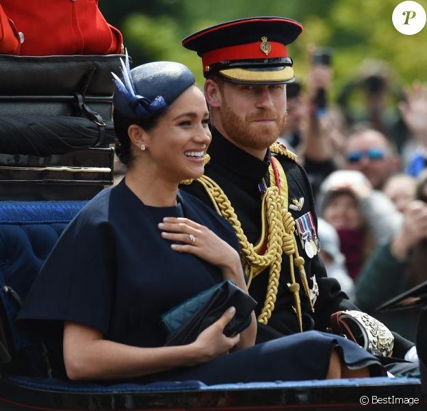 Meghan Markle, duchesse de Sussex, a fait son grand retour (en Givenchy) en public à l'occasion des célébrations de Trooping the Colour le 8 juin 2019 à Londres. En compagnie du prince Harry et de la duchesse Catherine de Cambridge lors de la procession, c'était sa première apparition publique depuis la naissance de son fils Archie, le 6 mai.