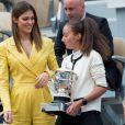 Iris Mittenaere présente le trophée du vainqueur simple dames dans les tribunes des internationaux de France de tennis de Roland Garros à Paris, France, le 8 juin 2019. © Jacovides / Moreau/Bestimage