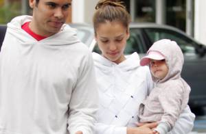 Même pour la Fête des Pères, Jessica Alba et Honor ne veulent toujours pas sourire... Heureusement Cash Warren est là !