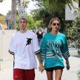 Justin Bieber et sa femme Hailey Baldwin Bieber se baladent main dans la main dans les rues de Los Angeles. Justin porte des baskets de la marque Off-White. Le 18 mai 2019